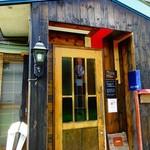 カフェ・ルーラル - お店のドアはステンドグラスが