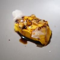 ペペロッソ-バケットにかぼちゃのクレーマに豚の背脂を塩がわりに乗せて