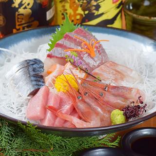 市場直送の鮮魚や高級肉を使用した逸品の数々をお楽しみください