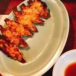 焼豚ラーメン 三條 - 餃子、薄い仕上がりで食べやすい