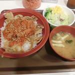 すき家 - キムチ豚生姜焼き丼620円+サラダセット150円