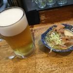 113006294 - 立飲み たきおか 「生ビール」410円(税込)と「もつ煮込み」160円(税込)