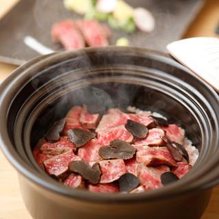 季節の食材を使用した神戸牛土鍋飯