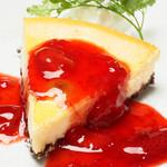 苺ソースの濃厚チーズケーキ