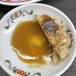 餃子の王将 - 今日は卓上のタレとラー油。