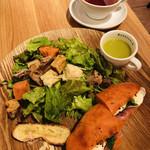 113037017 - ボリューミーなサンドイッチと、ほうれん草のスープ、たっぷりのサラダと、カンパーニュっぽいレーズンバケットのクルトン?
