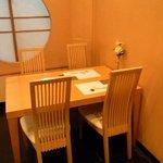 寿司割烹 ○嘉 - 複数名での来店も安心♪店内色と統一されたテーブル席もご用意しております。