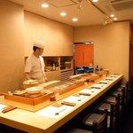 寿司割烹 ○嘉 - 木の色で統一された店内