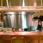 ブラッスリーセルクル - カウンターからオープンキッチンが見える