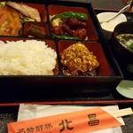 北昌 - 酢豚定食はお弁当スタイルで提供されます