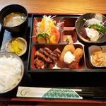 ごはん家 はせ川 - 料理写真:コロッケ2品盛定食(小ライス)670円