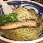 琥珀 - ガツンと魚介とイリコの香るスープ 塩分の主張が強い