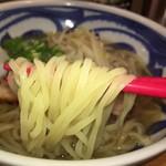 琥珀 - 透明感のある麺 掴みやすいギザギザのついたお箸(お店の配慮を感じる)