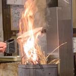 炉端 小次郎 - 藁焼き中