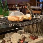炉端 小次郎 - 蟹味噌甲羅焼き 火が遠く温める程度