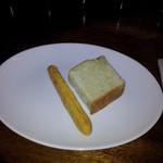 11307898 - 2種類のパンが付いてます。
