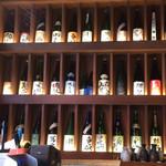 魚正宗 - 精算カウンター背後に並ぶ日本酒