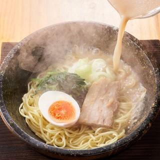 300度以上に熱したラーメン丼に熱々スープを注ぎ沸騰させます