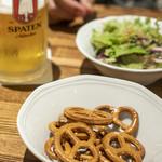フランツィスカーナー バー&グリル - ビールに付いてくれたプレッツェル。