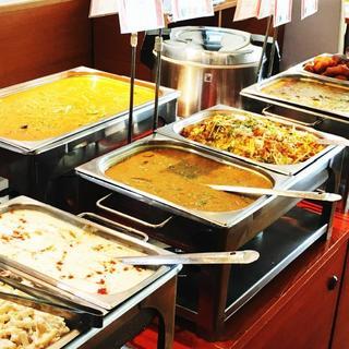 ランチ食べ放題!日替わりカレーやワダサンバルをお得に楽しむ!