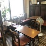 万定フルーツパーラー - 内観写真:テーブル席