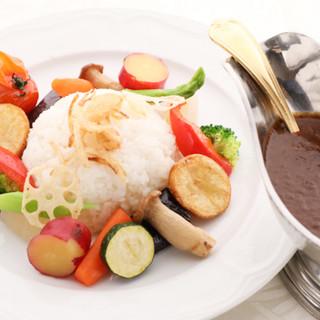 野菜たっぷりの体に優しいお食事を。ランチのサラダバーも好評!