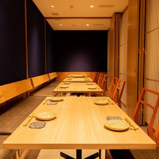 ご宴会にも最適な店内。2~30名でご利用可能な個室席も!