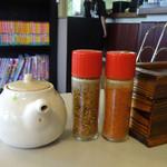 とばた麺之介 - 「とばた麺之介」卓上の醤油・七味・一味