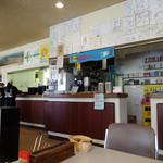 とばた麺之介 - 「とばた麺之介」レジの上にはたくさんのサイン色紙