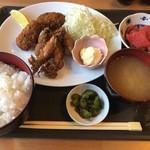 みやげや - 料理写真:ヤリイカとカキフライ定食(900円)