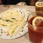 マヅラ喫茶店 - タマゴサンドをシェアする♥高さがない(   ˙-˙   )w 手前がトマトジュースで奥がブラックティー