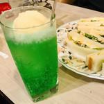 マヅラ喫茶店 - やっぱり映えるのはクリームソーダ