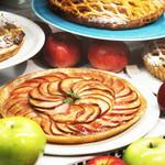 カフェタナカ - 料理写真:シーズン中は何種類ものアップルパイが並ぶショーケース