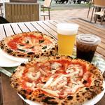 ピザ工房 - マルゲリータ(奥)とホエー豚のガーリックベーコン