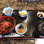 市六 - 料理写真:鉄火丼@900、提供されたままです少しスカスカ。