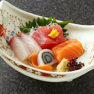 毎朝中央卸売市場から仕入れる、鮮度抜群の旬魚
