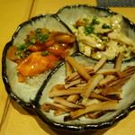 UMEHA - 【前菜】まぐろとサーモンの漬け、イカ燻製、鶏皮ポン酢