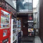 アヒリヤ - 雑居ビル奥まったところにある入り口