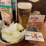 串カツ田中 - ビールとお通しのキャベツ