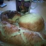 ナチュール サワダ - 手前・くるみパン。奥左・マカダミアナッツのデニッシュ。奥・右メロンパン。