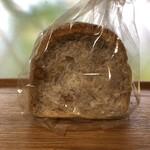 サリュー - 料理写真:自家製酵母のクルミ食パン ハーフ 200円