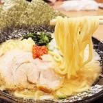家系ラーメン 町田商店 - 極太麺がスープを絡め上げる(ˊ˘ˋ*)