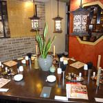 新東京軒 餃子&定食 - 中央のテーブル