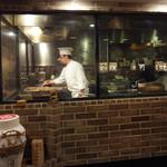 新東京軒 餃子&定食 - 厨房を囲むようにテーブルが配置されています