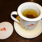 新東京軒 餃子&定食 - お茶は可愛い金魚のカップで〜♬