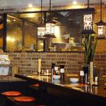 新東京軒 餃子&定食 - ガラス越しに厨房が見える・・