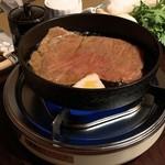 113221567 - 小ぶりの鍋を覆い尽くす牛肉
