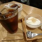 実身美 - デザートの豆乳プリンとたんぽぽアイスコーヒー、ルイボスティのホット。