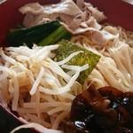 イツワ製麺所食堂 - 茹で豚、菜っ葉、キクラゲ、のり、もやしなど。