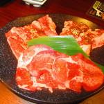 牛角 - ランチ黒毛和牛カルビと牛タンのセット 2160円(税込)焼肉セットのアップ【2019年8月】
